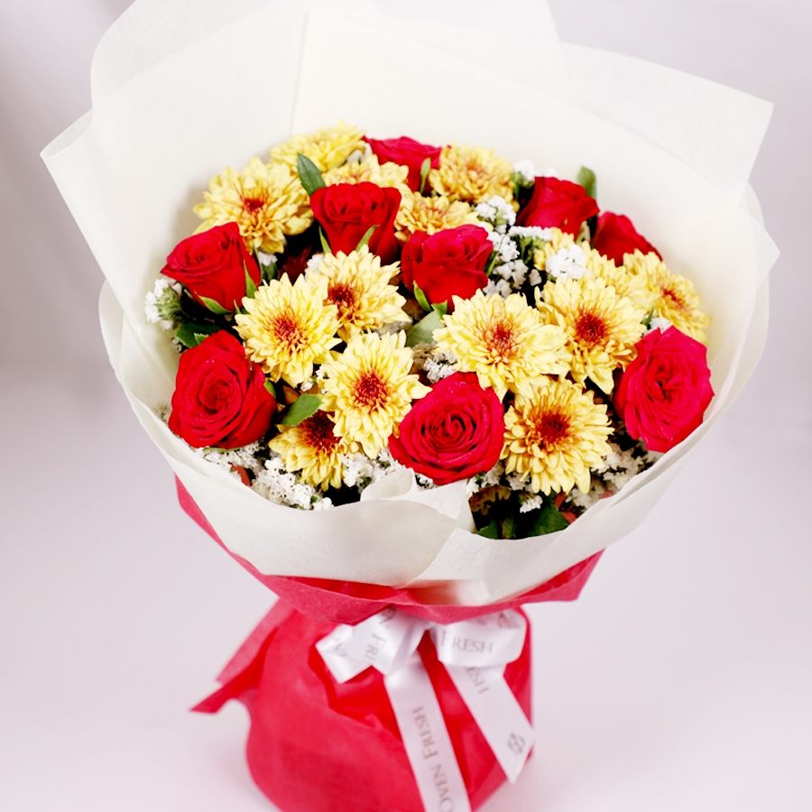 Bouquet of Red Roses and Yellow Daisy
