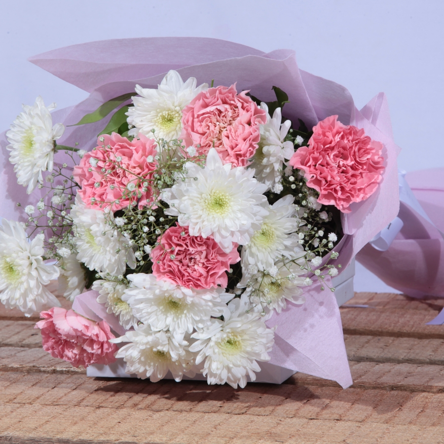 Bouquet of white and pink flowers