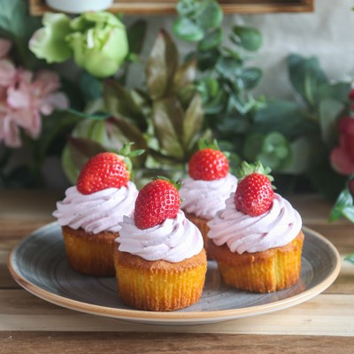 Almond cup cakes with strawberry (6pcs contains egg)